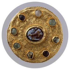 Bijou Broche antique de style lombard avec camée romain, feuille d'or, onyx et verre